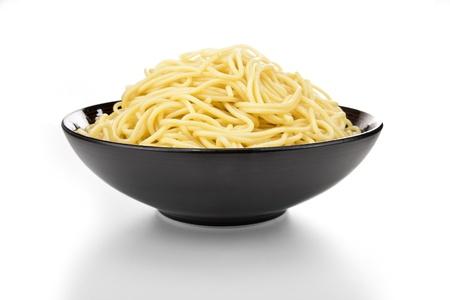 d�bord�: Noir bol � p�tes en c�ramique d�bordement avec des nouilles