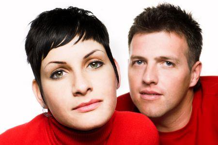 bewonderen: Jonge paar is op zoek naar de camera. De nadruk wordt gelegd op de grote groene charmant ogen van de vrouw, terwijl de man op de achtergrond is van de focus.