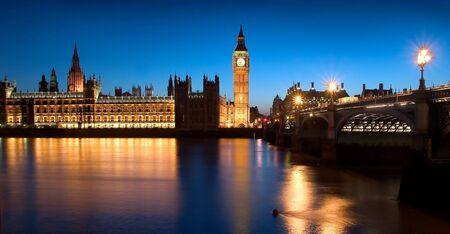 De beroemde bezienswaardigheden van Londen: Het Parlement, de Big Ben en de thema's' s nachts.