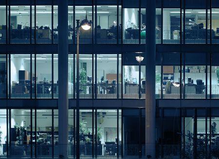 outwork: La noche las horas extraordinarias en un moderno edificio de oficinas.  Foto de archivo