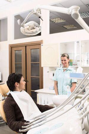 dentist s office: A happy pacjenta i przyjazną stomatologa w gabinecie stomatologicznym. Zdjęcie Seryjne