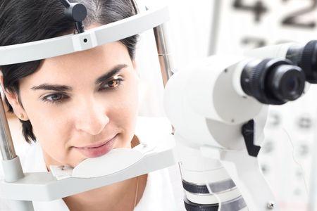 diopter: Hermosa joven paciente est� teniendo una asistencia m�dica en el optometrista.