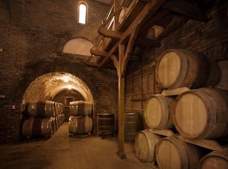 cave: Les tonneaux de vin empil�es dans l'ancienne cave du vignoble. Banque d'images