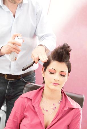 hairdo: Bellissima giovane donna ottiene una pettinatura e la bellezza-shop.