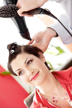 hairdo: Giovane e bella donna riceve una pettinatura nel beauty-shop.