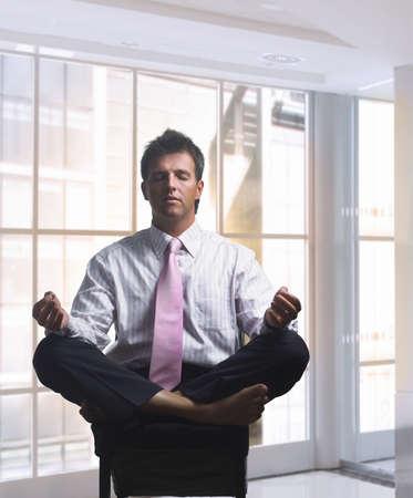 relaxes: El hombre de negocios relaja en oficina en actitud tradicional. Luz del d�a, de interior, oficina.