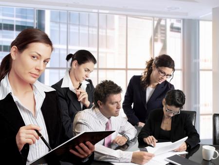 work together: Jonge ondernemers werken samen in het kantoor. Daglicht, indoor, kantoor. Stockfoto