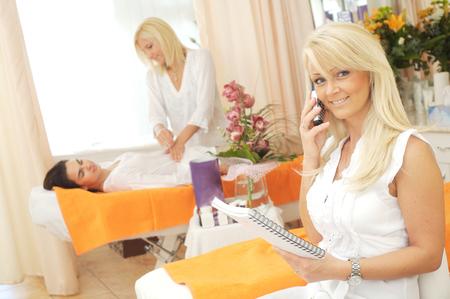 beauty shop: Retrato de una est�tica recibir llamadas de tel�fono en el sal�n de belleza.