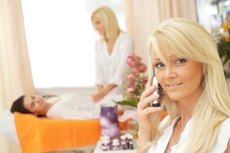 beauty shop: Retrato de una est�tica que reciben llamadas telef�nicas en la tienda de belleza.