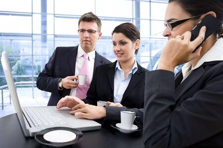 together with long tie: Feliz empresarios el trabajo en equipo en ordenador port�til.