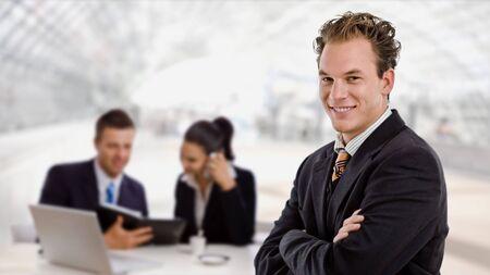 together with long tie: Empresas de trabajo en equipo de oficina de lobby, sonriente hombre de negocios en la parte frontal.