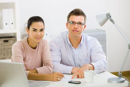 outwork: Pareja trabajando en equipo port�til de oficina en casa, feliz, sonriente.