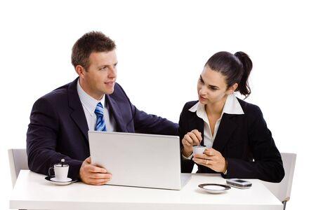 together with long tie: Negocios personas trabajando en laptop en escritorio, fondo blanco.