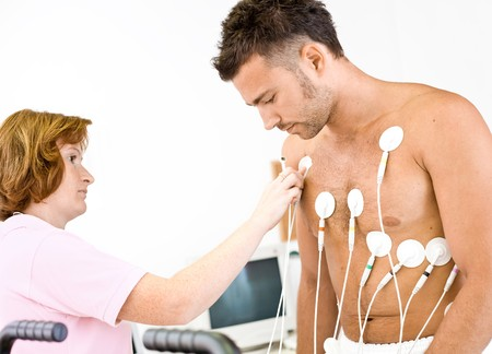 electrocardiograma: Enfermera hace el paciente listo para m�dicos EKG prueba. Personas reales, Locacion real, no una escena de fotos con modelos.