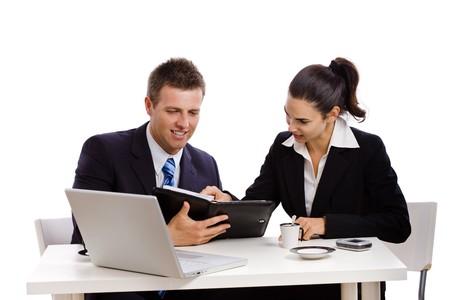 deux personnes qui parlent: Les gens d'affaires travaillant ensemble � un bureau, un fond blanc. Banque d'images