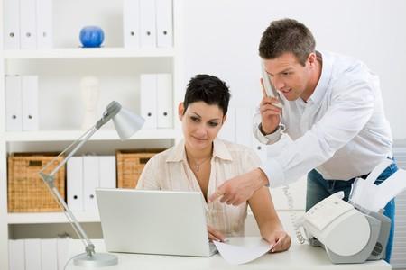 calling: Pareja feliz trabajando en casa oficina funcionando las peque�as empresas. Foto de archivo