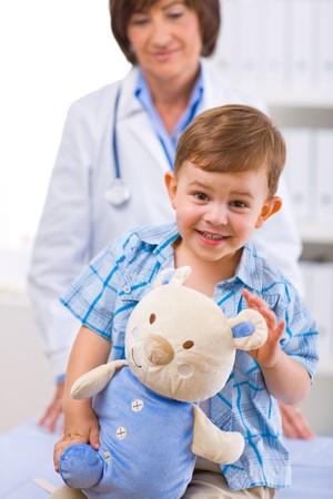 doctora: Superior de las mujeres el examen m�dico de ni�os felices, sonrientes.
