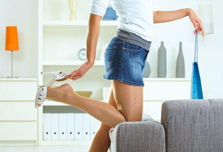 pieds sexy: Femme en train de d�coller de haut talon chaussure � la maison, tenue sac.