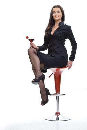 Sexy jeune femme assise sur la chaise bar, la tenue de verre de cocktail � la main. Banque d'images - 5024776