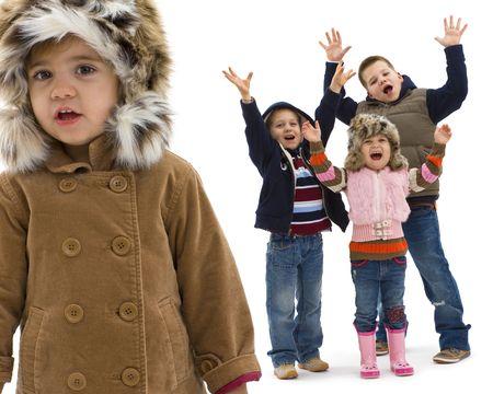 eye wear: Grupo de 4 ni�os felices posando juntos, riendo y agitando. Aislado en fondo blanco, que se centran en la ni�a peque�a en el foregroud.