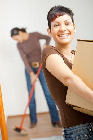boite carton: Femme en carton, bo�te de levage tout en se d�pla�ant � domicile, en souriant.