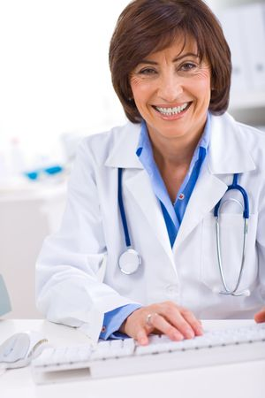doctora: M�dico Senior femenino de trabajo en equipo en offiice. Foto de archivo