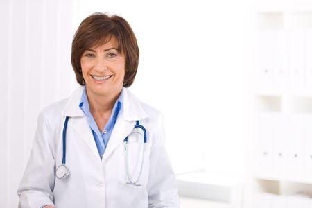 doctora: Retrato de mujer m�dico senior en la oficina. Foto de archivo