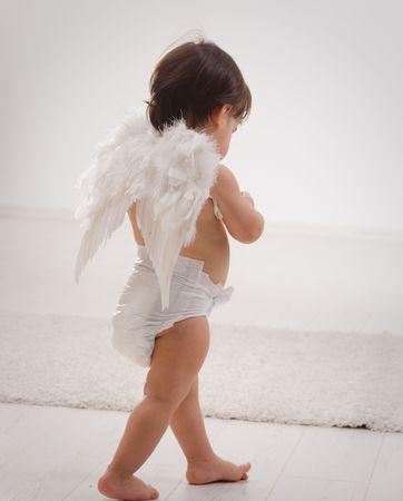 ali angelo: Un anno bimba vestita di bianco ali d'angelo. Vista posteriore. Isolati su sfondo bianco. Archivio Fotografico