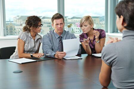 gespr�ch: Panel of Business Leute sitzen am Tisch im Sitzungssaal der Durchf�hrung von Bewerbungsgespr�chen Blick auf Dokumente.