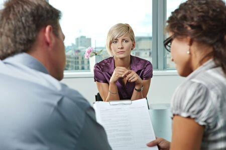 entrevista de trabajo: Solicitante Mujer preocupante durante la entrevista de trabajo. Durante la vista de hombro.