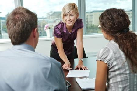 lead: Team di casual uomini d'affari che cercano incontri d'affari presso l'ufficio. Archivio Fotografico
