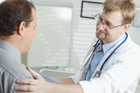 uniformes de oficina: Consultorio m�dico - m�dico masculino diciendo malas noticias para el paciente.