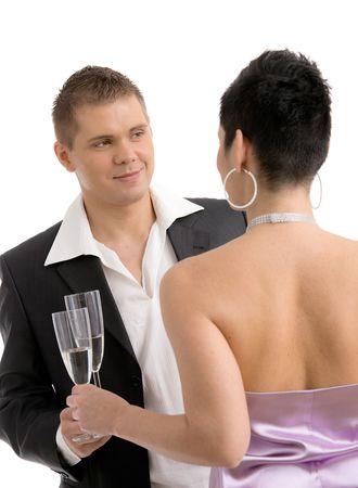 clinking: Joven pareja de moda tintineo con champ�n. Aislado en fondo blanco, enfoque selectivo en el hombre.