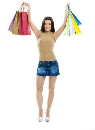 Atrakcyjne młoda kobieta ma na sobie mini przepony, stwarzających z torby na zakupy. Samodzielnie na whte.