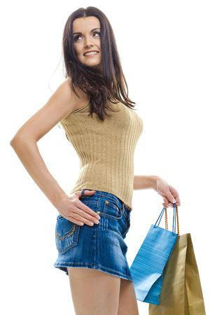 mini falda: Sexy joven usando mini falda posando con bolsas de la compra. Aislados en whte.