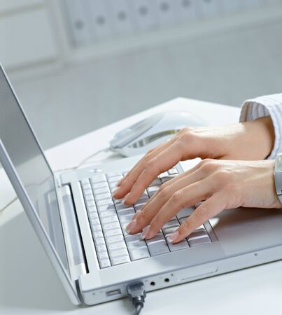 datilografia: Female hand typing on computer keyboard.