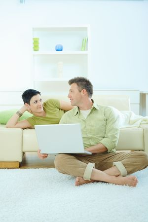sinecure: Couple using laptop computer at home Stock Photo