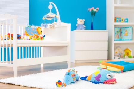 bebe cuna: Los juguetes Cuna y suave en la habitaci�n de los ni�os. Juguetes oficialmente son propiedad puestos en libertad. Foto de archivo