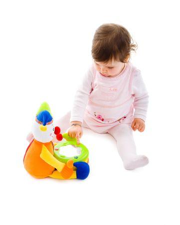 jouet b�b�: Fille de b�b� heureux assis sur le sol en jouant avec jouet souriant, isol� sur fond blanc.