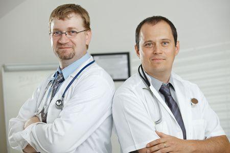 uniformes de oficina: Consultorio m�dico - posando para la foto del equipo de m�dicos.