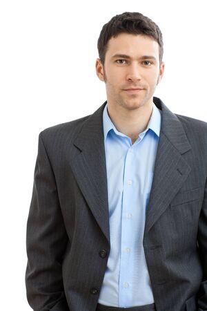 ropa casual: Empresario casual feliz vistiendo traje y camisa de cuello abierto sin corbata, sonriendo.