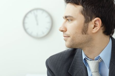 visage profil: Portrait de profil d'affaires portant costume gris et chemise bleue, regardant la cam�ra en souriant. Banque d'images