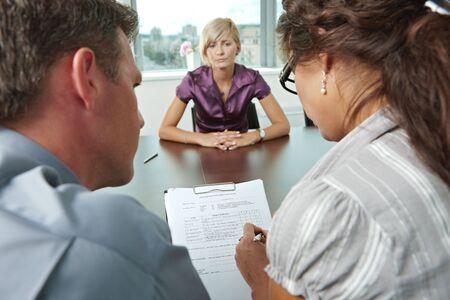 interview job: Mujer solicitante preocupante durante la entrevista de trabajo. En la vista de hombro. Enfoque colocada en hoja de frente todos los resultados son malos.
