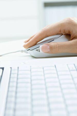 teclado: Foto de detalle de la mano de teclado y la hembra de equipo utilizando el mouse (rat�n).