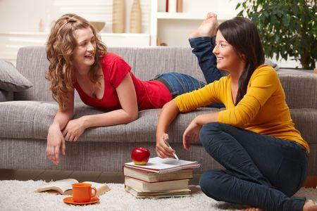 adolescentes estudiando: Estudiantes de highscool feliz aprendizaje en casa, hablando, sonriendo.