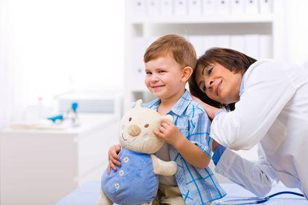 doctora: M�dico de Senior femenino examinar de ni�o a ni�o. Foto de archivo