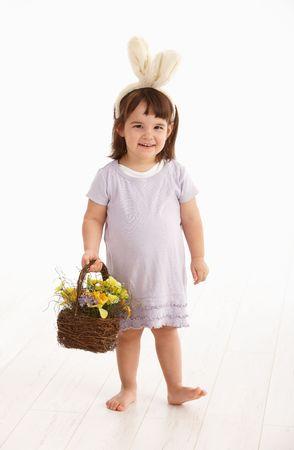 2 to 3 years: Piccolo due anni vecchia ragazza che indossa le orecchie del coniglietto di Pasqua, isolate su sfondo bianco.  Archivio Fotografico
