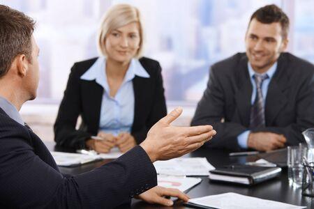 Sentado en la reunión de empresarios tabla Trabajo debatir. Centrarse por lado.