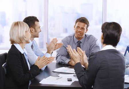 manos aplaudiendo: Palmas de las manos, sonrientes y celebrando en reuni�n de empresarios.