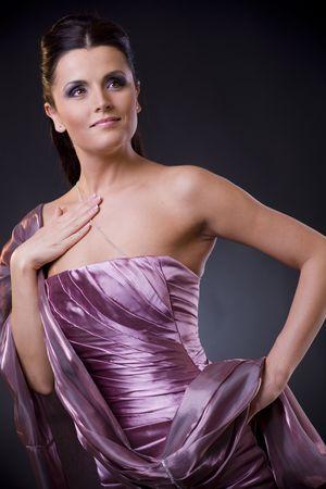 robo: Hermosa mujer joven posando, llevaba un vestido de noche de color p�rpura luz con estola.